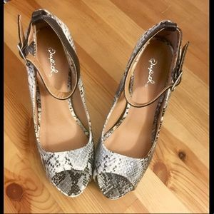 Shoes - Beautiful snakeprint strappy heels